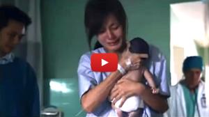 Copilul ei a murit la spital. Dar atunci cand l-a luat in brate, o minune s-a intamplat!