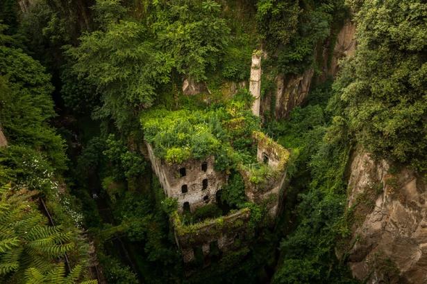 6. Moară veche abandonată în Sorrento, Italia.