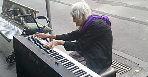 O femeie de 79 de ani uimeşte trecătorii din Melbourne cu o interpretare minunată la pian