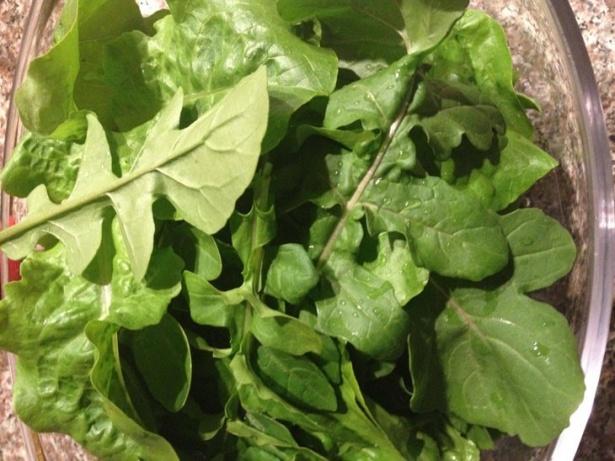 Rucola a ieşit prima. Cât de sănătoasă şi gustoasă poate fi într-o salată! Şi nu trebuie decât să faci un pas ca să beneficiezi de prospeţimea ei.