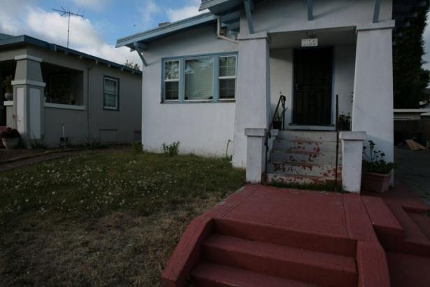 Aceasta e casa vecinului său. Cred că putem fi cu toţii de acord unde este mai bine să ne uităm!