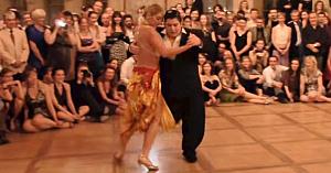 L-au crezut prea durduliu pentru acest dans, însă nu apucă să facă primii paşi şi toţi sunt fermecaţi de mişcările sale...