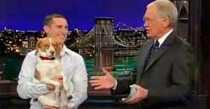 Stăpânul îi spune câinelui să facă pe mortul. Reacţia lui a stârnit hohote de râs şi ropote de aplauze!