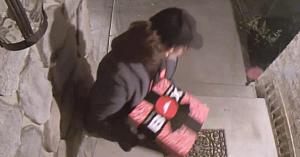 Trebuia să fie o livrare obişnuită de pizza: În schimb, când deschid uşa - nu le vine să-şi creadă ochilor