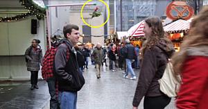 Acest tânăr şi-a agăţat o crenguţă de vâsc deasupra capului. Priviţi ce se întâmplă când oamenii îl observă...