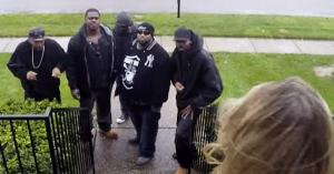 """Priviţi ce se întâmplă atunci când cinci tipi """"periculoşi"""" dau buzna în cartierul albilor din oraş..."""