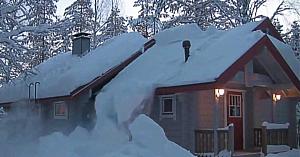 Metoda acestui finlandez de a îndepărta zăpada de pe casă este pe cât de banală, pe atât de eficientă!