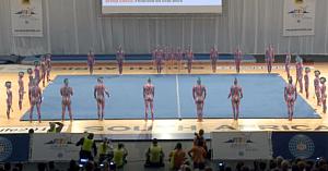 31 de gimnaşti îşi încep exerciţiul la sol. Câteva clipe mai târziu uimesc întreaga asistenţă!