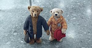 Această reclamă de Crăciun cu doi ursuleţi de pluş adorabili a cucerit inimile tuturor. Priviţi de ce!