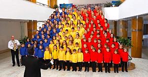 150 de mici patrioţi aduc un omagiu românilor de pretutindeni. Când le auzi vocile - te trec fiorii