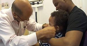Băieţelul este îngrozit de vaccin... până când îl întâlneşte pe acest medic pediatru