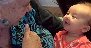 """O bunică complet lipsită de auz îi predă nepoatei sale limbajul semnelor. """"Conversaţia"""" lor e nepreţuită!"""
