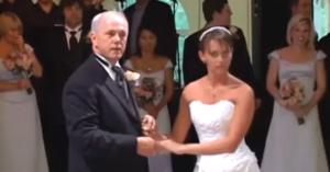 În timpul petrecerii de nuntă, tatăl îşi invită fiica la dans. Apoi invitaţii au parte de o surpriză uriaşă!