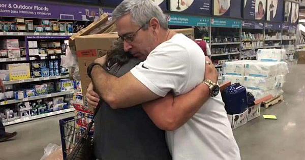 Această femeie a izbucnit în lacrimi la un magazin din Florida când a ajuns prea târziu - acum clipul face înconjurul lumii