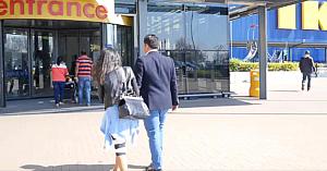 Un cuplu decide să facă o vizită la Ikea, însă tânăra nu avea nicio idee că acest lucru îi va schimba viaţa...