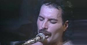 În 1977 Queen lansa această piesă îndrăgită. 8 ani mai târziu a răsunat din nou în faţa a 250.000 de oameni!