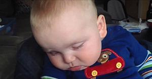 Oricât de obosit ar fi, la vederea mamei sale acest bebeluş are cea mai drăgălaşă reacţie