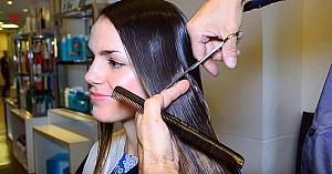 O frumoasă tânără îşi tunde părul scurt. Transformarea ei a emoţionat o lume întreagă