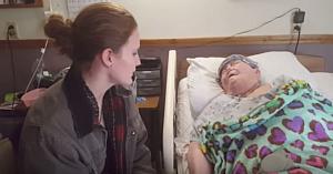 Asistenta se furişează în rezerva unei paciente, câteva secunde mai târziu camera surprinde adevăratul său motiv