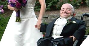 Soţul distribuie fotografiile de nuntă ale cuplului, dar oamenii se uită la soţia lui şi refuză să creadă una ca asta