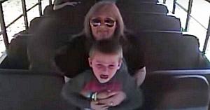 Acest şofer de autobuz se ridică la un băieţel îngrozit. Câteva clipe mai târziu camera surprinde un coşmar