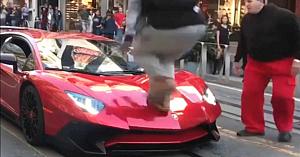 Acest băiat joacă dur şi sare pe un Lamborghini. Reacţia promptă a proprietarului uimeşte pe toată lumea