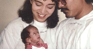 Mulţi au râs de chipul acestei fetiţe, dar priviţi-o 25 de ani mai târziu când i-a redus pe toţi la tăcere