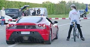 Un Ferrari 430 Scuderia de600CP se confruntă cu o bicicletă MTB. Cine credeţi că va câştiga?