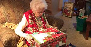 Bunica rupe ambalajul de pe cadoul de Crăciun. Priviţi-i reacţia când descoperă ce era în interior