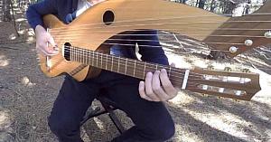 """Un tânăr cântă """"The Sound of Silence"""" la o chitară cu 18 coarde. Interpretarea lui îţi taie răsuflarea"""