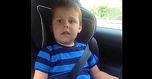 O mamă îşi anunţă fiul că în curând va avea un frăţior, dar staţi să vedeţi reacţia lui