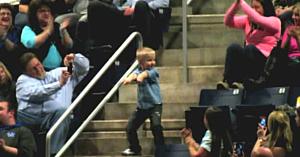Acest băiat începe să danseze la un concert, apoi reuşeşte să le facă tuturor ziua mai frumoasă!