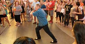 Aceşti tineri au râs când bunicul i-a provocat la o repriză de dans. Au regretat câteva clipe mai târziu când l-au văzut ce face