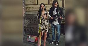 Un artist stradal interpreta singur o piesă cunoscută. Când i se alătură o voce din public? Ce spectacol!