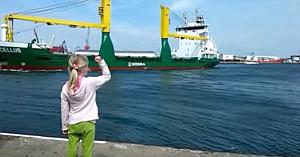 O fetiţă se roagă de căpitanul navei să sune sirena. 11 milioane de persoane au privit-o cum regretă imediat
