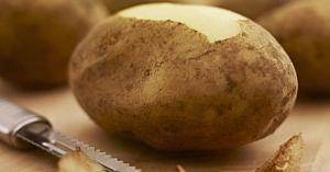 Toată viaţa am curăţat cartofii într-un mod greşit: iată un truc ingenios pe care ar trebui să-l ştii