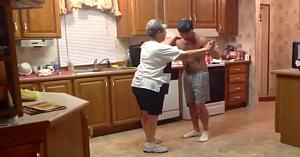 Fiul îşi ia mama de mână atunci când melodia lor preferată începe. Dansul lor a cucerit internetul