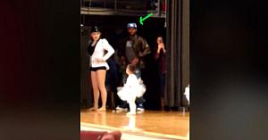 O fetiţă emotivă uită paşii de dans, apoi îşi priveşte tatăl. Reacţia imediată a bărbatului este nepreţuită