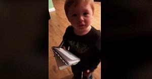Băieţelul încerca să îşi ajute mama cu lista de cumpărături, dar a reuşit să facă o lume întreagă să râdă cu lacrimi