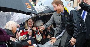 Această bunică nu credea că prinţul Harry o va mai recunoaşte, însă când o vede - reacţia lui spune totul