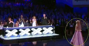 O minune de fetiţă păşeşte pe scenă. Vocea ei puternică ridică toată sala în picioare