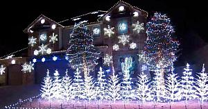 Proprietarul aranjează luminile de Crăciun pe o melodie îndrăgită, lăsând o lume întreagă fără cuvinte