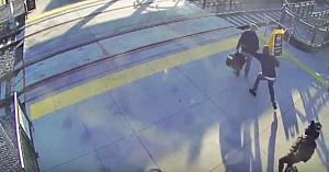 Un nevăzător vrea să traverseze linia de tren. Priviţi ce face străinul din spatele lui...