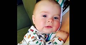 Acest bebeluş strănută, însă ceea ce rosteşte după aceea a ajuns viral peste noapte
