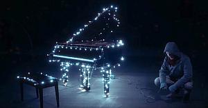 A terminat de montat instalaţia de lumini pe pian, dar când începe să cânte îşi lasă toţi vecinii fără cuvinte