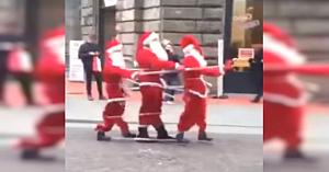 """""""Trei"""" Moşi Crăciun merg pe stradă. Mulţimea izbucneşte în râs dându-şi seama că nu e ceva obişnuit"""
