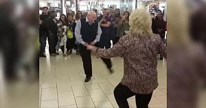 Un cuplu în vârstă dansează la mall, însă mişcările bărbatului sunt cele care atrag toate privirile