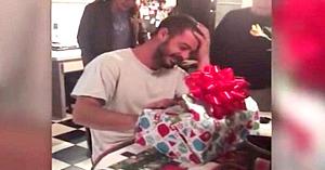 Mama era îngrijorată pentru fiul său aflat în depresie. Apoi îi oferă un cadou care îi lasă pe toţi cu ochii în lacrimi