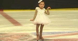 O fetiţă de 4 ani intră pe gheaţă şi aşteaptă, dar staţi să vedeţi cine i se alătură câteva clipe mai târziu
