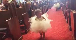 O minune de fetiţă caută printre invitaţi o figură cunoscută, dar staţi să vedeţi cum reacţionează la vederea mirelui